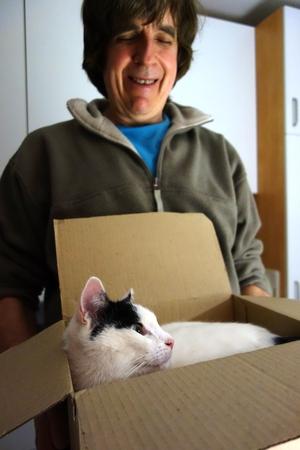 Dieter trägt Tamai im Karton umher