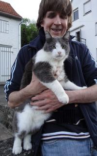 Katze in Dieters Armen
