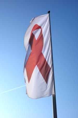 Fahne mit Roter Schleife - dem Zeichen der Solidarität