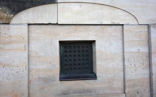 Kellerfenster der Hofkirche