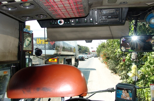 Blick in den Fahrerbereich von einem griechischen Reisebus