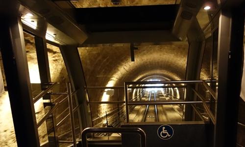 Bergbahn im Tunnel