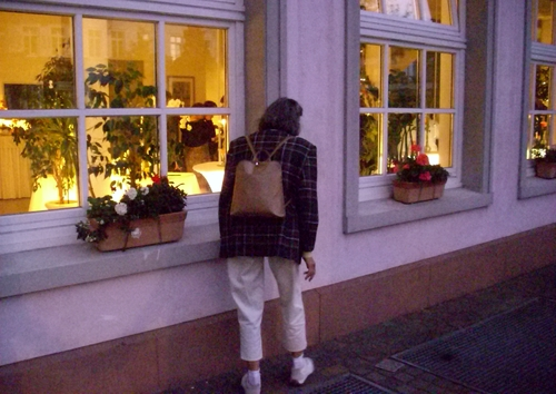 Neugierige Frau am Fenster