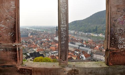 Blick vom Schlossaltan nach unten auf die Stadt und Rheinebene