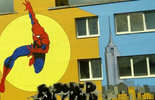 Spidermann an einer Hauswand