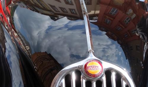 Himmel spiegelt sich auf der Motorhaube eines Jaguars