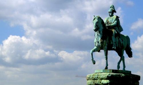 Reiterstatue vor blauem Himmel