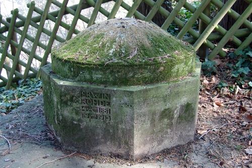 Moosbedecktes Grab