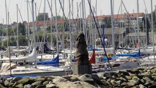 Holzfigur beim Segelhafen