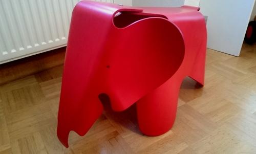 Roter Spielzeugelefant