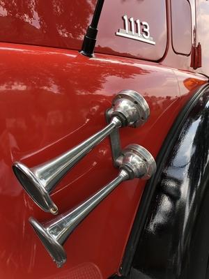 Hupen an einem roten Feuerwehrauto