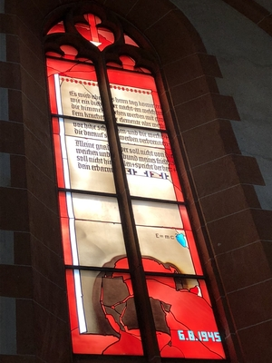 Kirchenfenster in rot