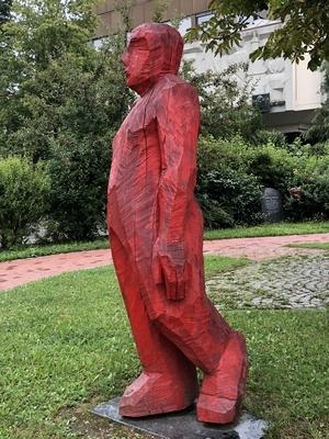 Herr Blomberg - rote Holzfigur von Josef Lang