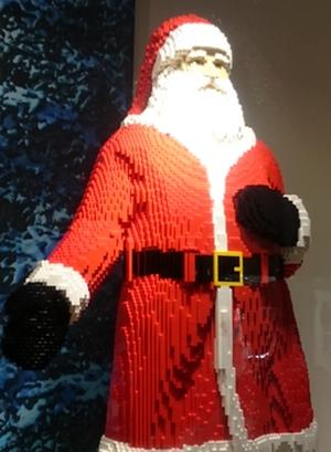 Roter Nikolaus aus Legosteinen