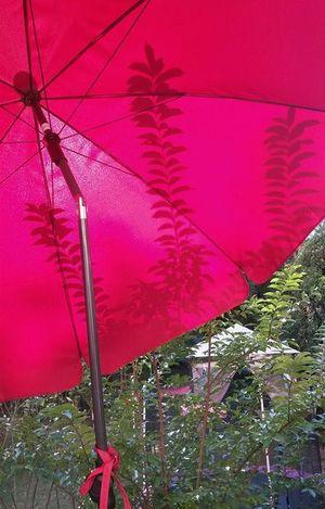 Roter Sonnenschirm