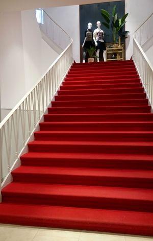 Roter Teppich auf einer Treppe