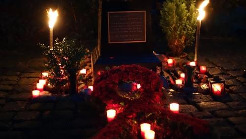 Gedenkstätte mit Kerzen