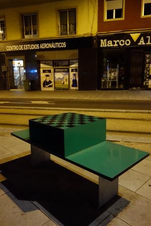 Bank mit Spieltisch