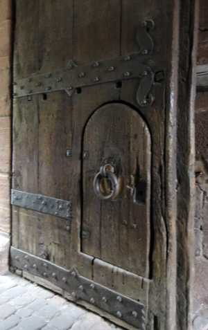 Tür im Torturm des Schlosses