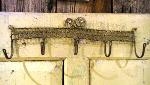 rostige Kleiderhaken an der Stadltür