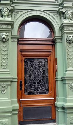 Tür in der Hauptstrasse