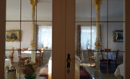 Glasfenster der Tür