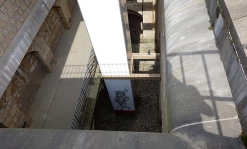 Blick hinuter zum Eingang zu den Kasematten