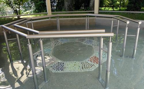 Wassertretanlage mit Edelsteinen