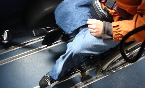 Festgezurrter Rollstuhl im Kleinbus