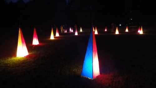 Bunte Pyramiden im Park