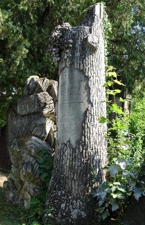 Grabstein in Form eines Baumstammes
