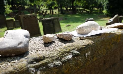 Steine auf einem Grabstein