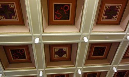 Kastendecke in einem Saal im Rathaus