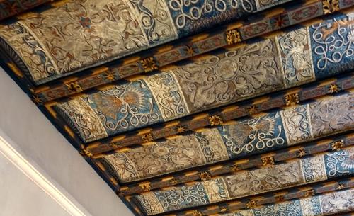 Prächtig bemalte Holzdecke im Treppenhaus